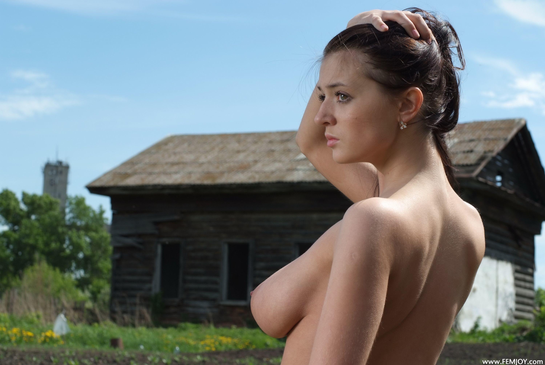 Молодая красотка показывает свои обалденные буфера - любой мужчина возбудится при взгляде на неё