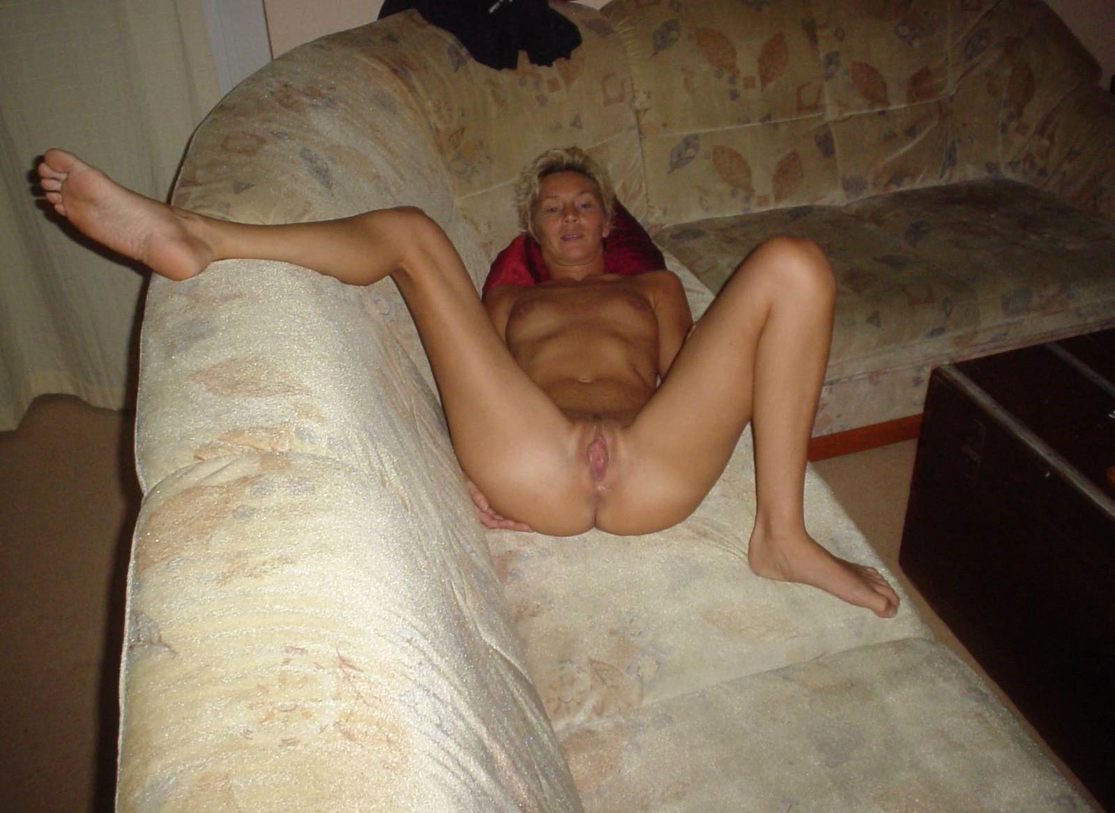 Развратная дамочка очень любит секс, поэтому всегда экспериментирует – то с двумя мужчинами, то с игрушками