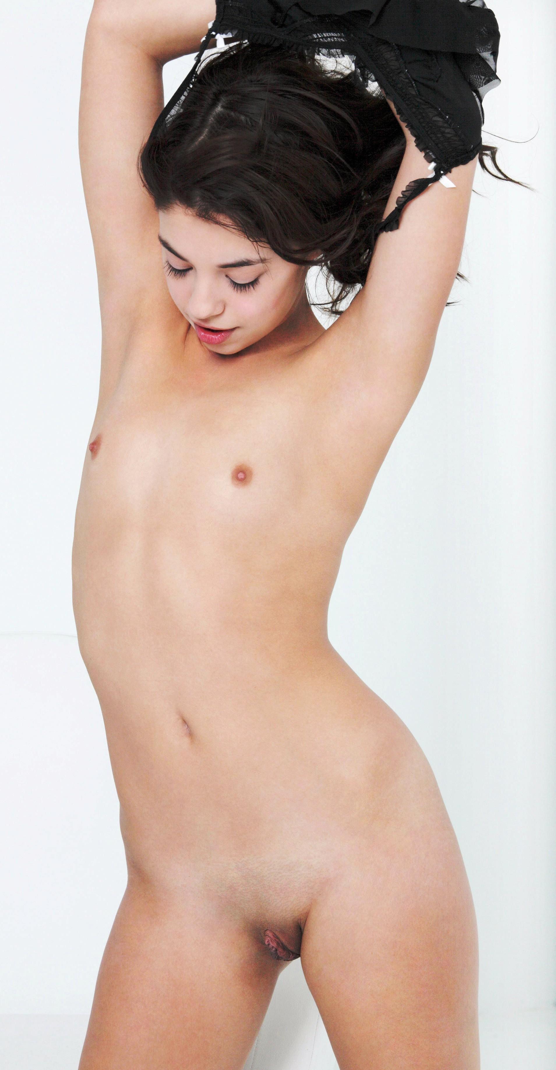 Сексуальные девушки с небольшими сиськами эротично позирует голыми