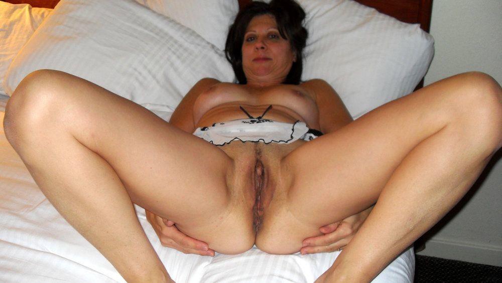 Диана принимает разные позы для того, чтобы дать себя разглядеть любителям зрелых женщин