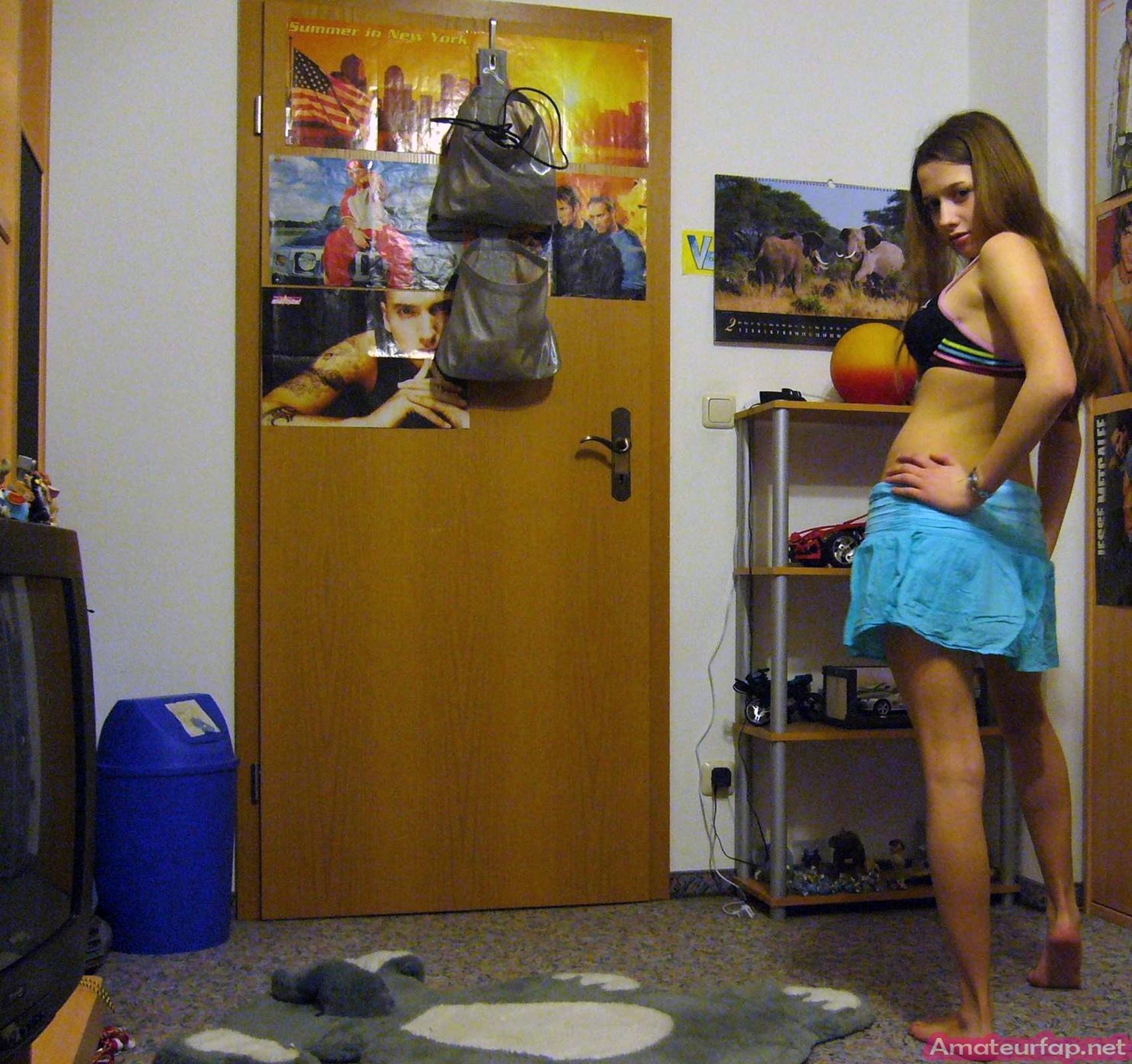 Девушка ставит камеру на автосъемку специально, чтобы снять себя в разных образах – в одежде и без