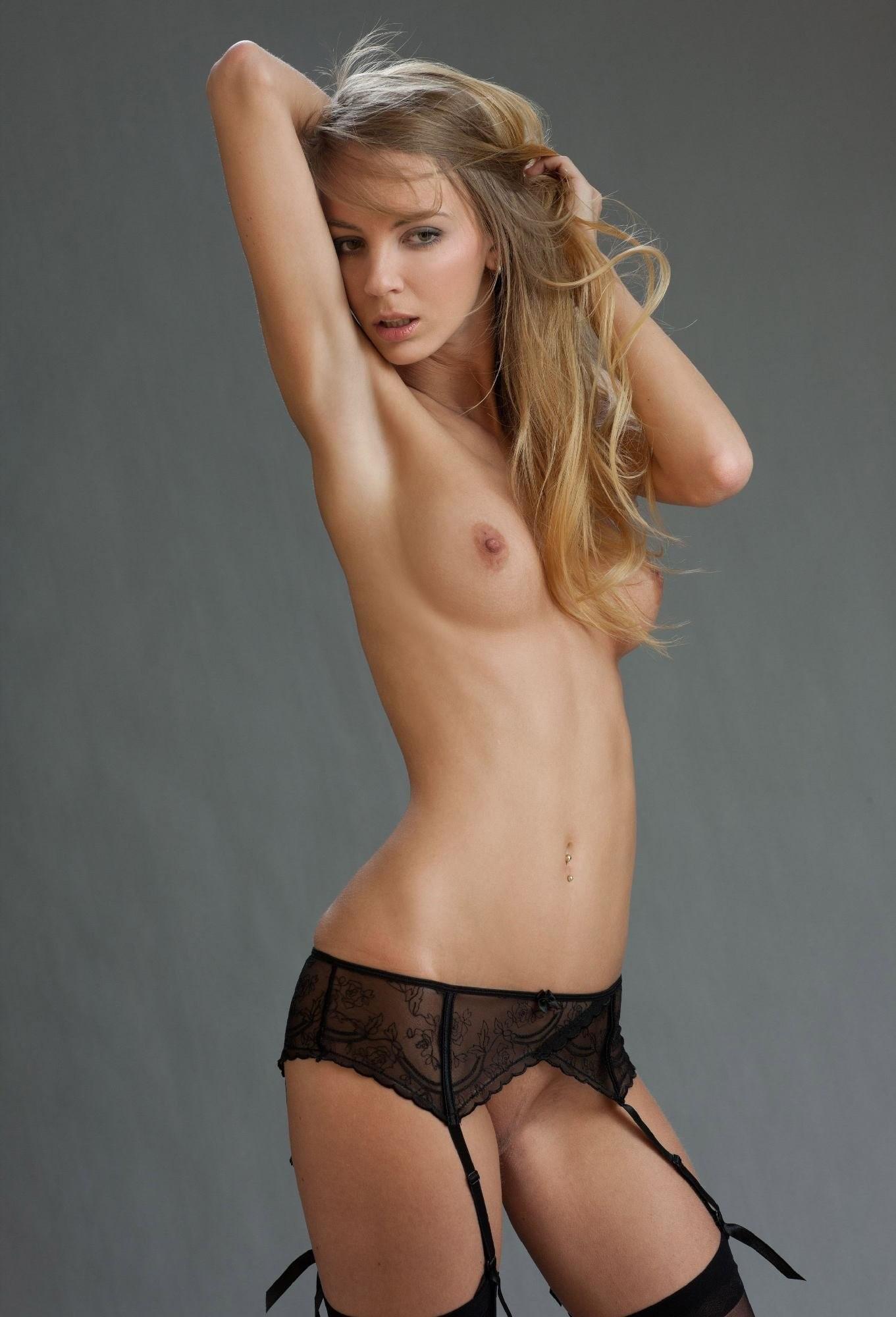 В студийной фотосессии шикарная блондинка раскрывается по полной – ей есть, что показать