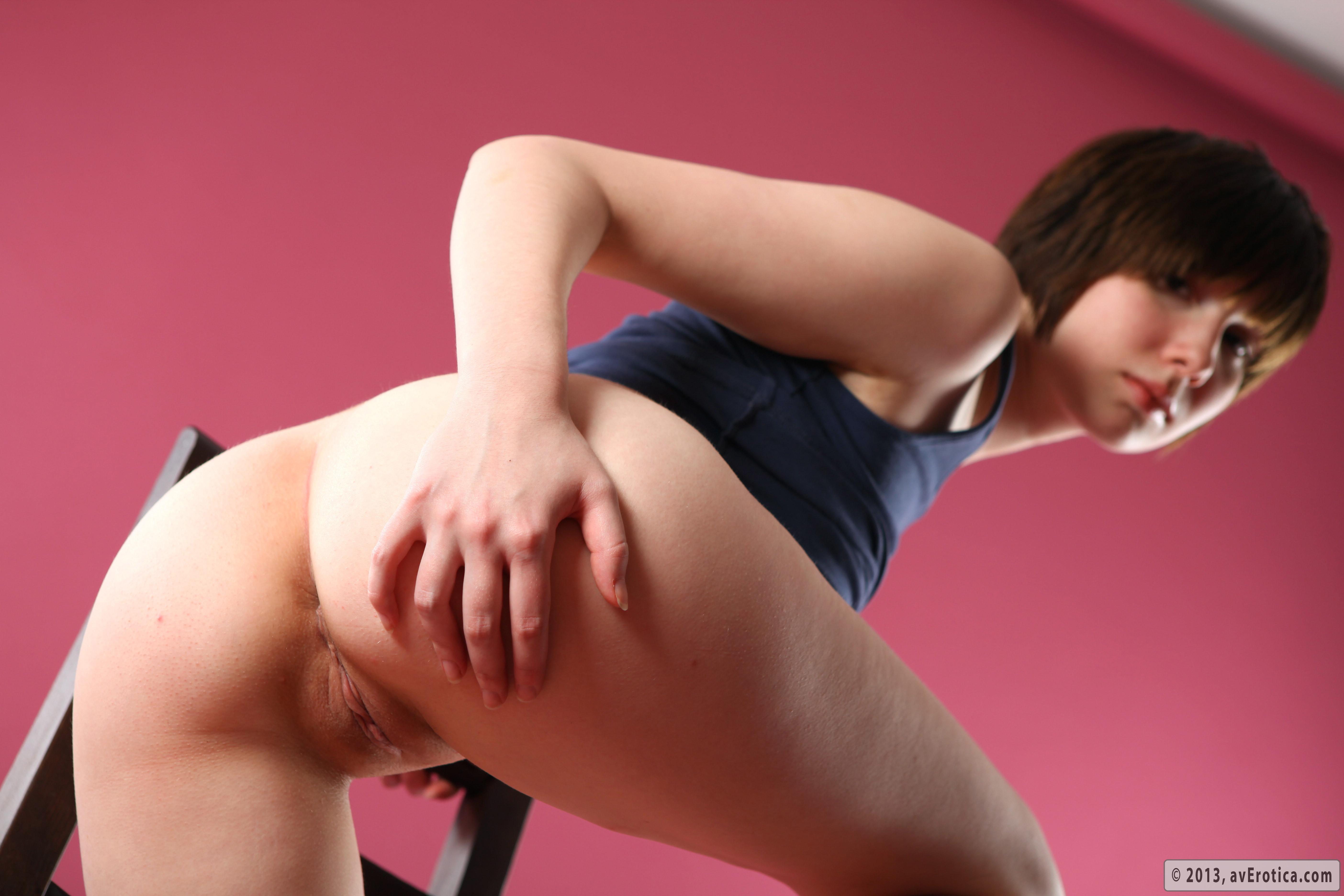 Девушка с красивой грудью снимается в студии, показывая свое обнаженное тело в разных ракурсах