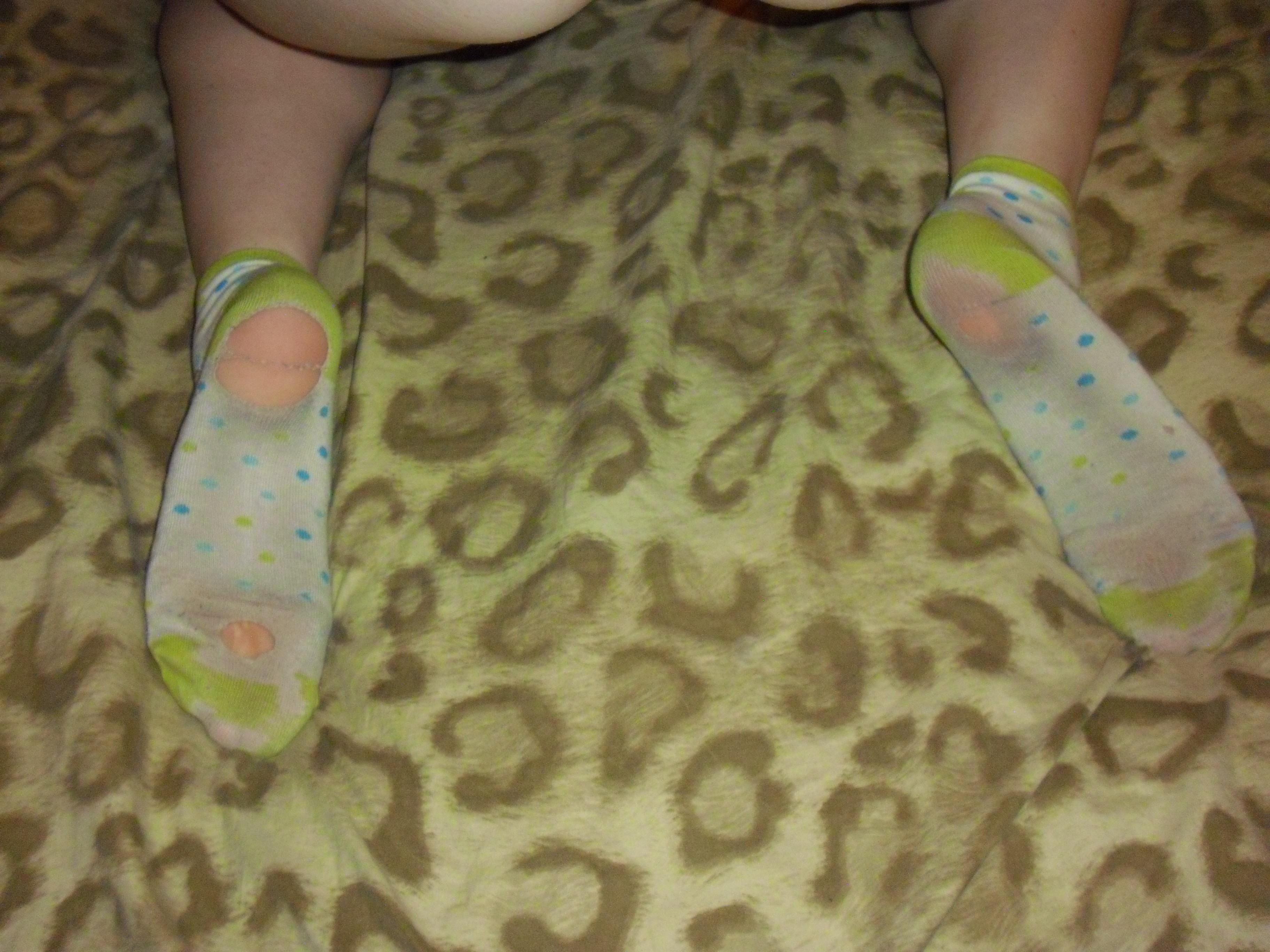 Немка принимает разные откровенные позы, а затем показывает свои стопы в носках для фетишистов