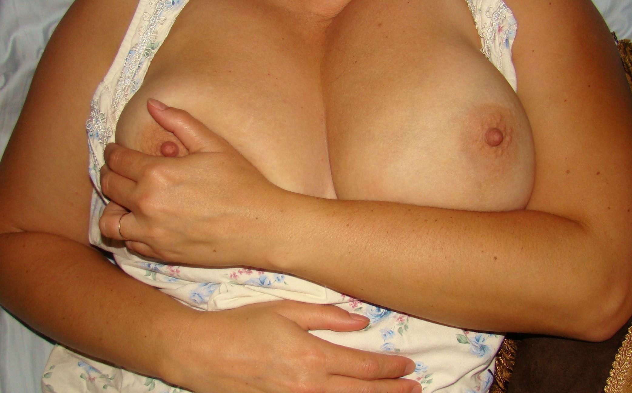 Женщина без стеснения показывает свое тело, несмотря на то, что она очень далека от идеала