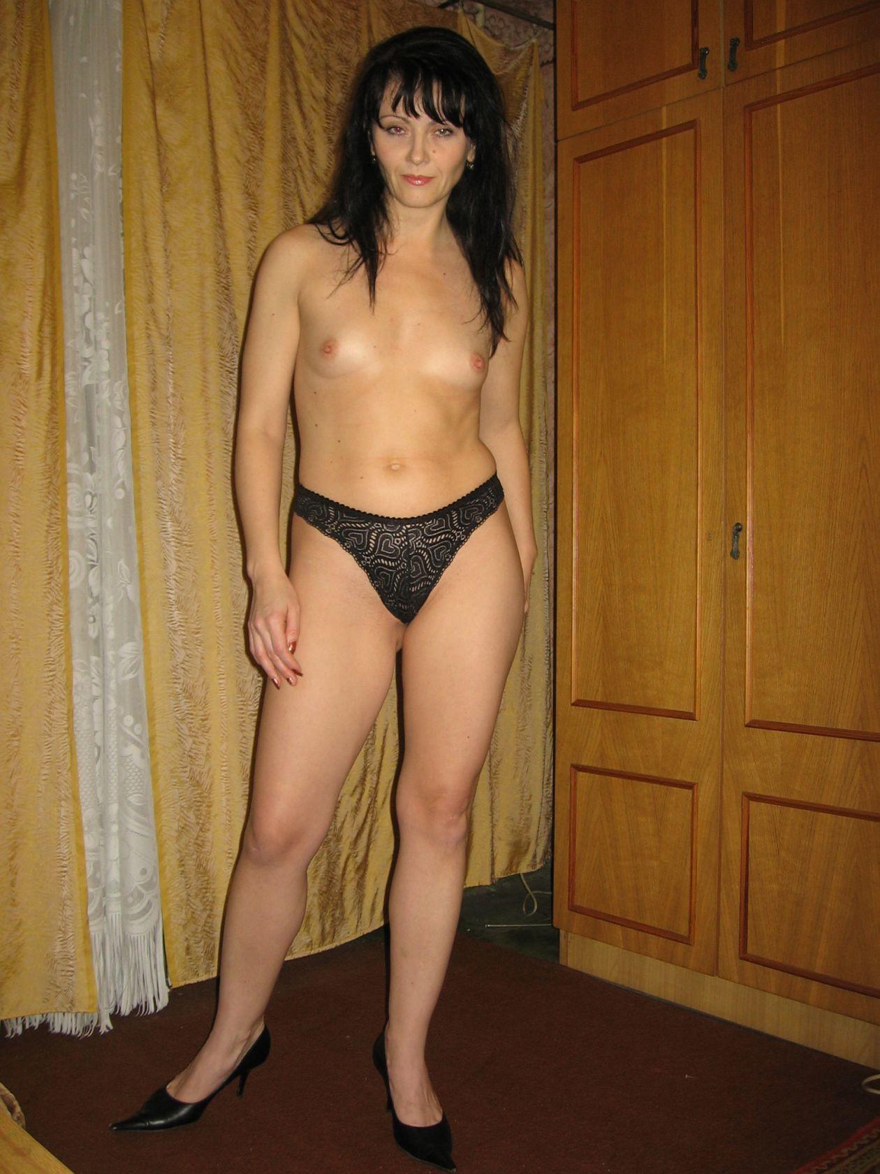 Брюнетка позирует в разных образах, но в каждом из них она обладает особой сексуальностью