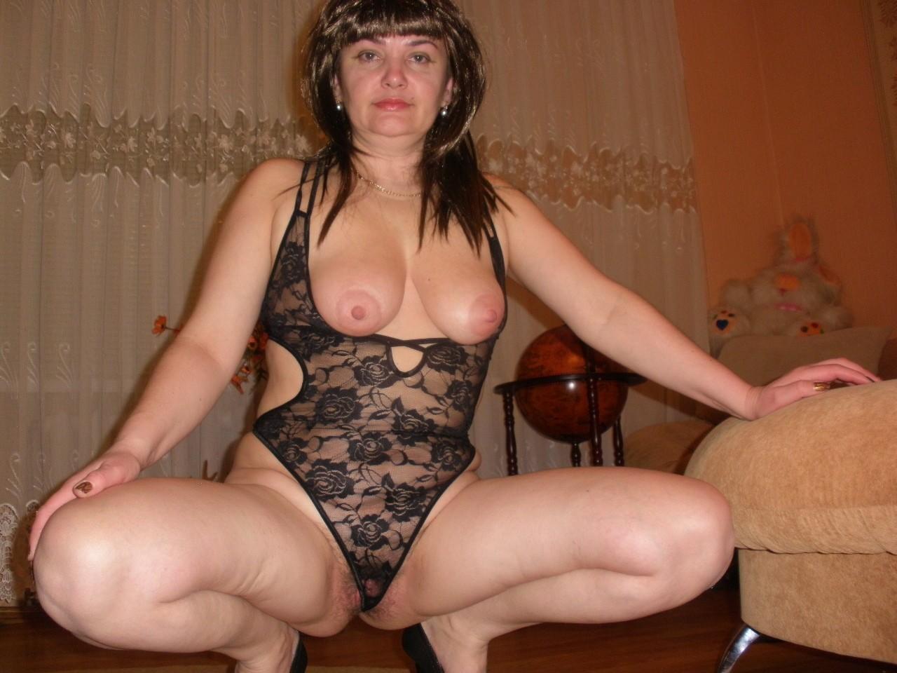 Зрелая женщина не против экспериментов - она одевается сексуально и вставляет в себя фаллос
