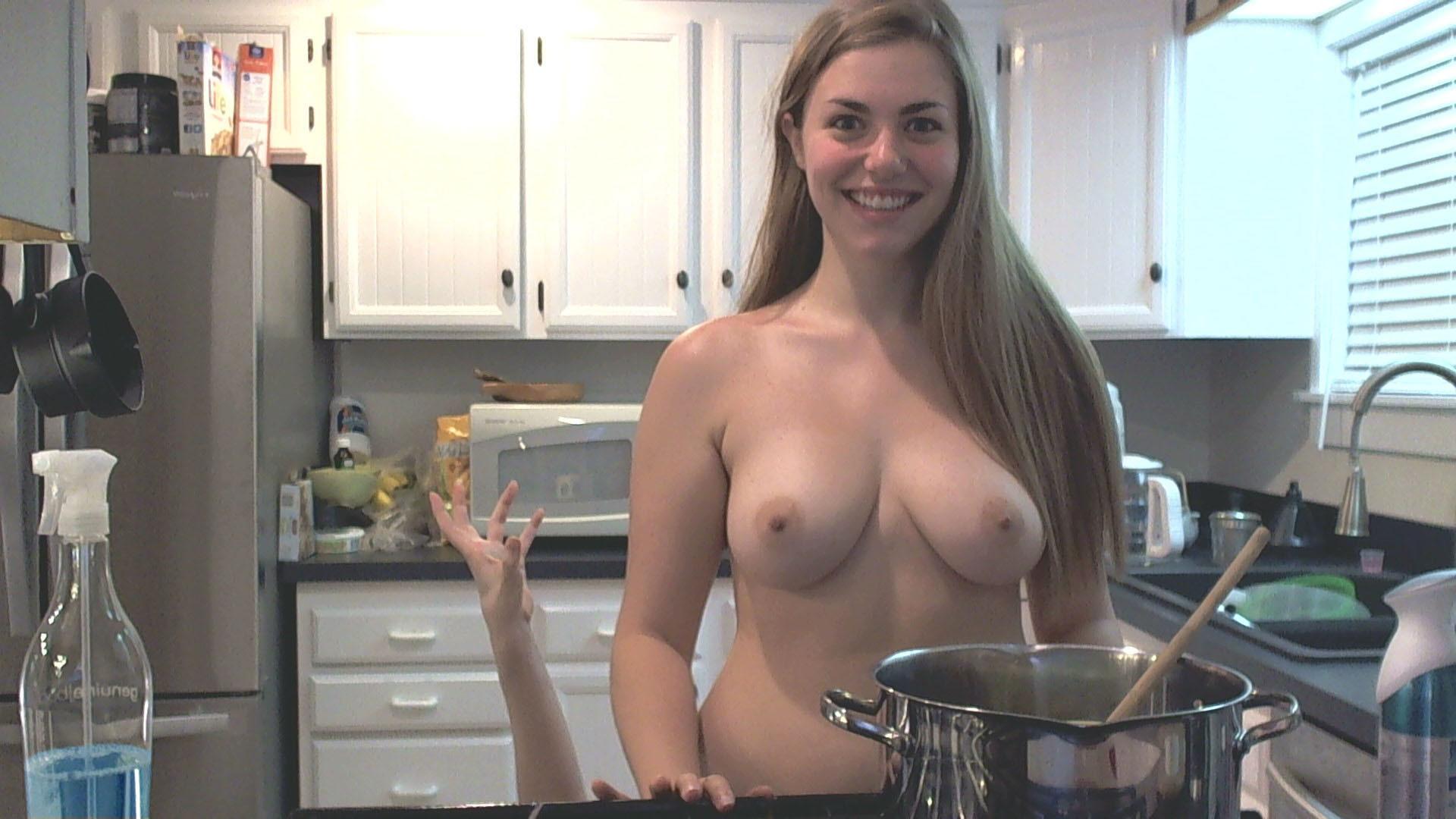Девушки развлекаются в компании друг друга на кухне с помощью взаимных ласк и прочего баловства