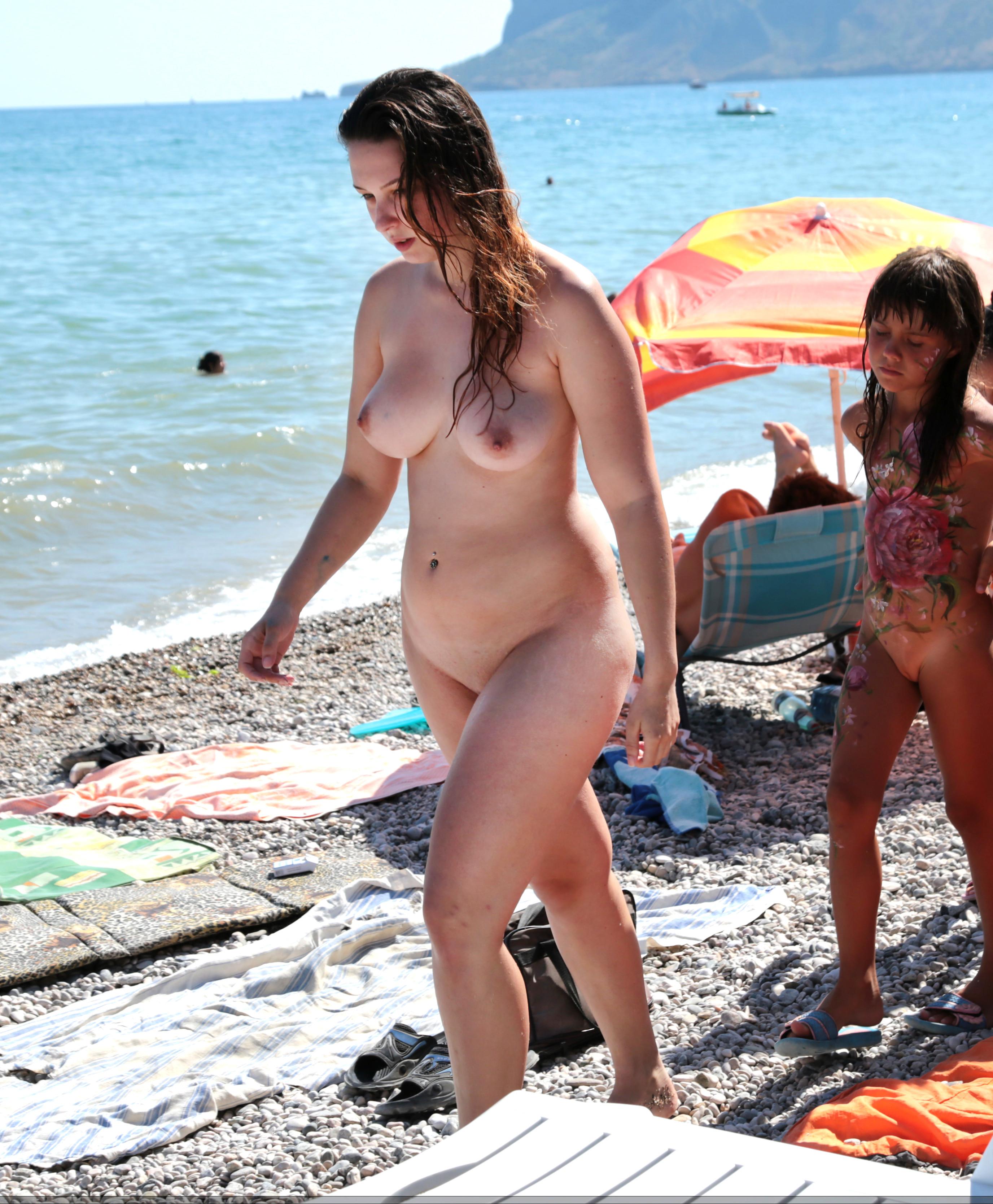 Подборка нудистов на диком пляже через скрытую камеру