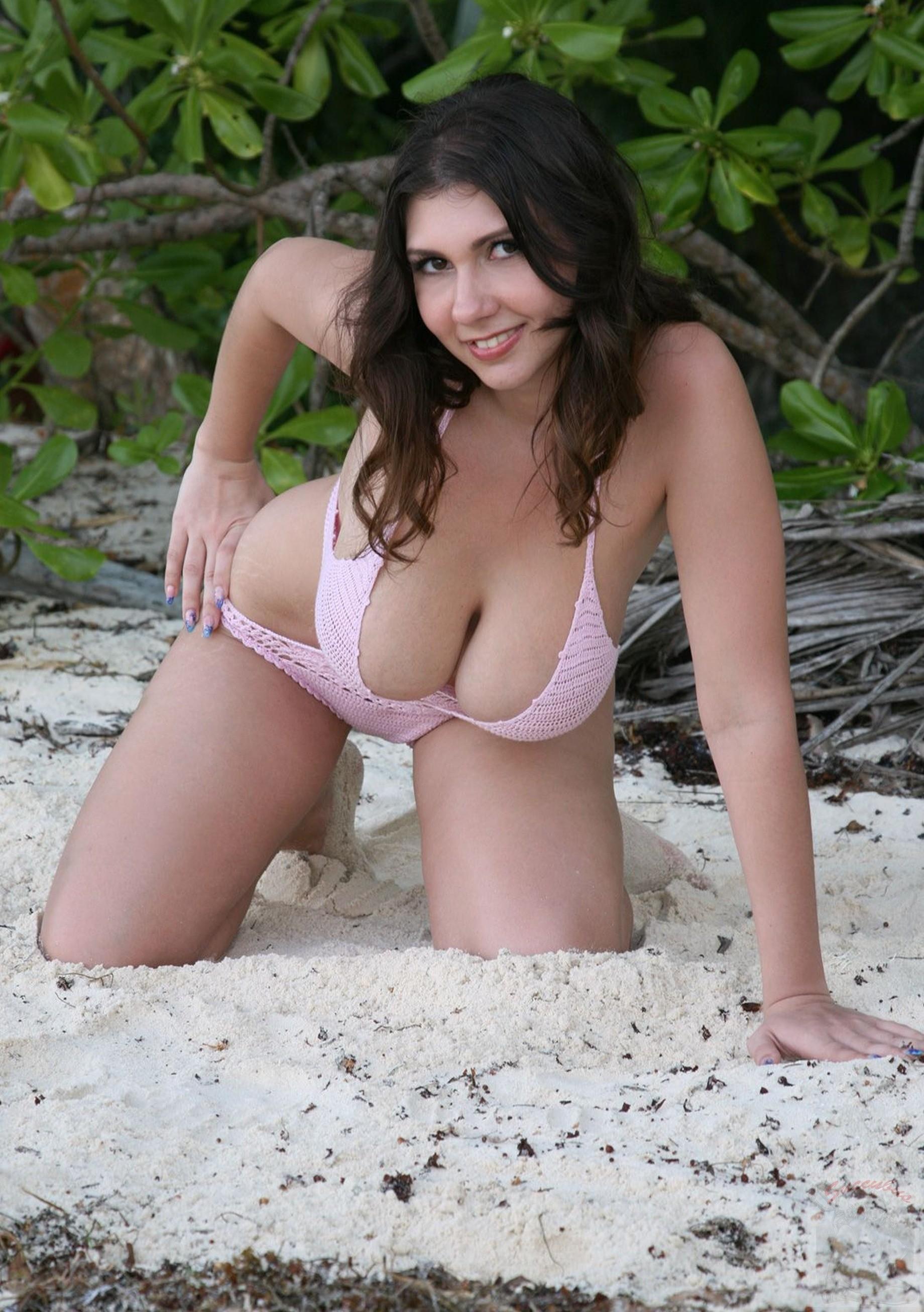 Трахнули девку на природе порно фото