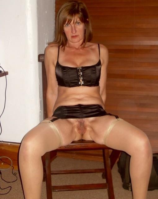 Зрелая женщина готова показывать свое тело, которое достойно восхищения – ей нравится себя демонстрировать