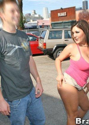 Секс с пухлой шалавой на улице - фото 3