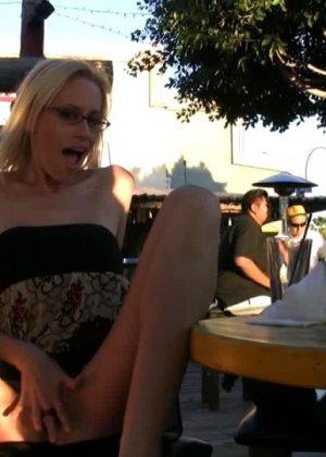 Блондинка показывает голую пизду в летнем кафе - фото 13
