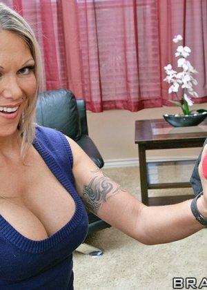Ебля в жопу женщины в очках - фото 3