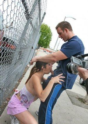 Секс на улице при людях - фото 8