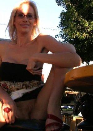 Блондинка показывает голую пизду в летнем кафе - фото 3