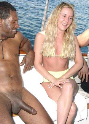 Негр выебал шмару на яхте - фото 1