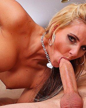 Ебля блондинки в огромную жопу - фото 2