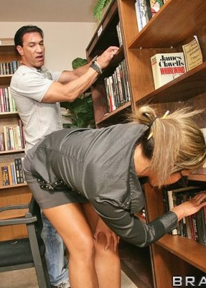 Ебля в жопу библиотекарши - фото 3
