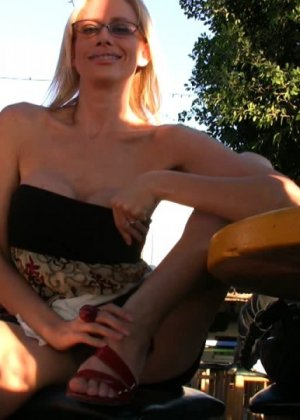 Блондинка показывает голую пизду в летнем кафе - фото 2