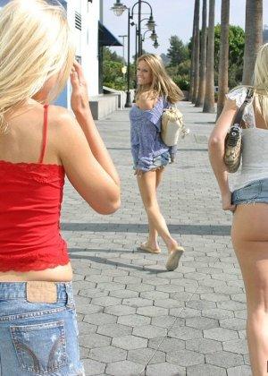 Ебля на улице трех баб с красивыми жопами - фото 7
