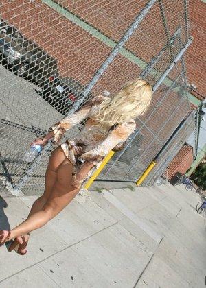 Сочная блондинка гуляет с голой жопой по улице - фото 7