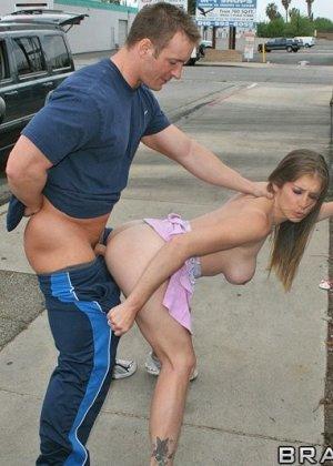 Секс на улице при людях - фото 11