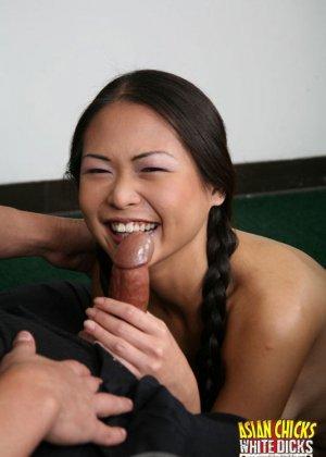 Трахает азиатку в рот и в жопу - фото 2