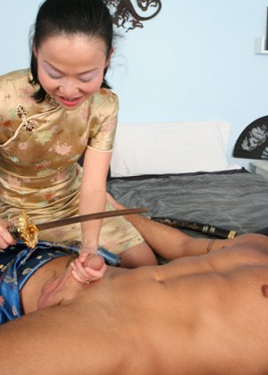 Азиатку трахают большим членом - фото 1