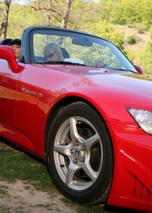 Ебля в жопу гламурной брюнетки на капоте спортивного авто - фото 1