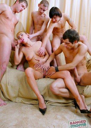 Парни трахают в жопу толпой пожилую блондинку - фото 6