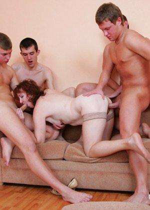 Привела парней домой с улицы для анала - фото 8