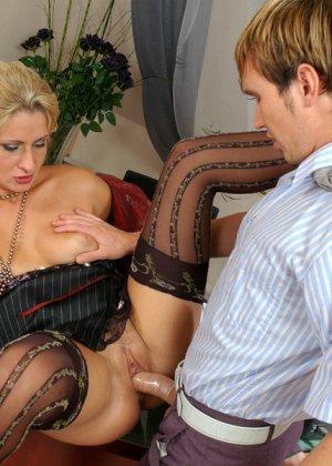 Директрисса попросила выебать ее подчиненного - фото 12