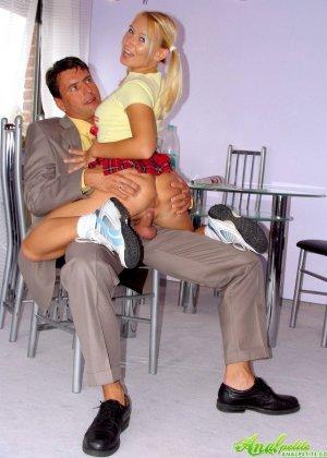 Трахнул в жопу девушку с косичками - фото 5