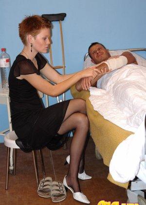Жена и ее подруга пришли навестить мужа, а он засунул им свой хуй  в анал - фото 2