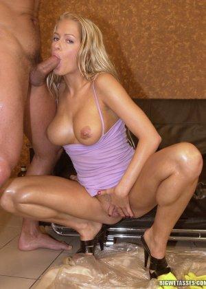 Блондинка любит анальный секс по утрам - фото 7