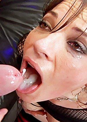 Выебал в жопу красивую брюнетку и кончил ей на язык - фото 14