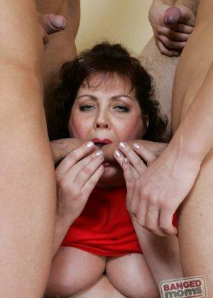 Пожилая испытала множественный оргазм от анального секса с толпой парней - фото 5