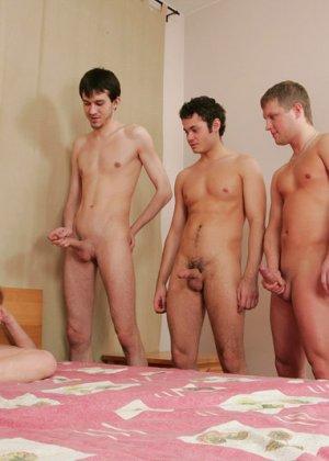 Проникновение молодых парней в анал пожилой - фото 3