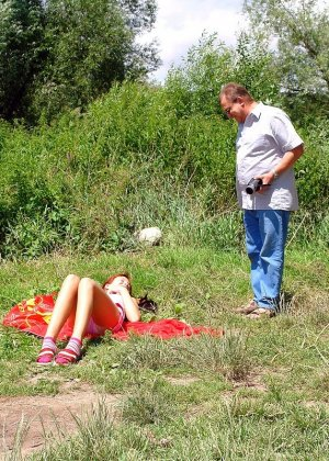 Молодая на природе занимается анальным сексом с пожилым незнакомцем - фото 4