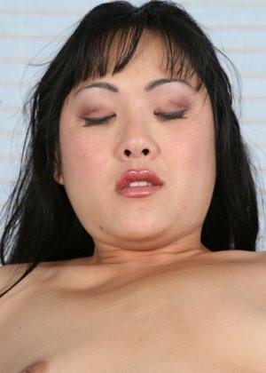 Секс европейца и зрелой азиатки - фото 15