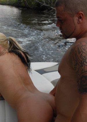 Сисястая блондинка сосет хуй в лодке - фото 14