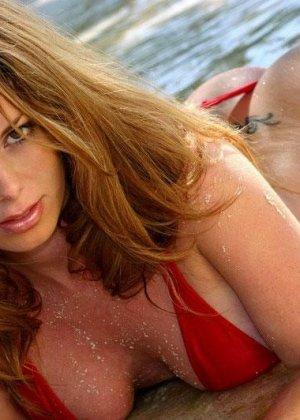 Сисястая женщина в купальнике с голой грудью - фото 13