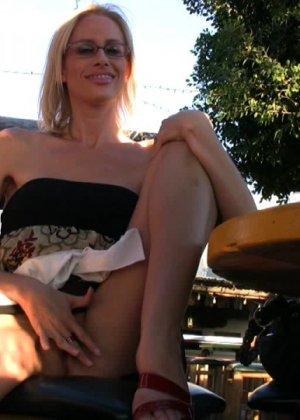 Блондинка показывает голую пизду в летнем кафе - фото 10