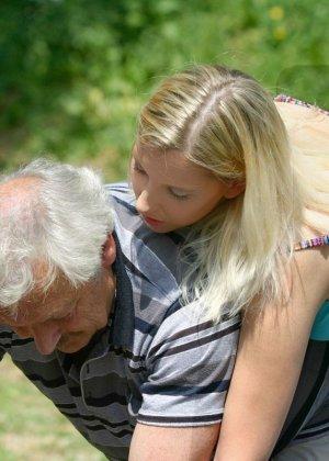 Молодая блондинка ебется на улице со стариком - фото 1