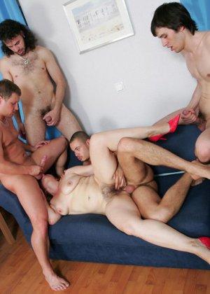 Пожилая захотела группового секса - фото 13
