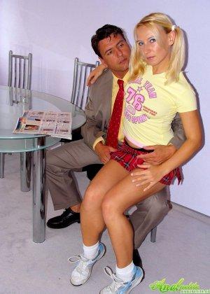 Трахнул в жопу девушку с косичками - фото 2