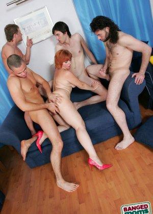 Рыжая зрелая женщина за деньги дала в анал молодым парням - фото 7