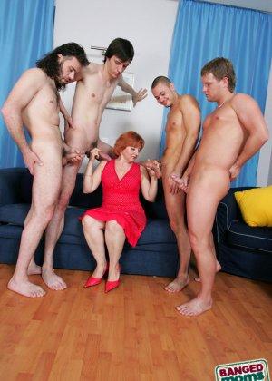Рыжая зрелая женщина за деньги дала в анал молодым парням - фото 2