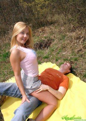 Молодая блондинка трахается в жопу на природе - фото 6